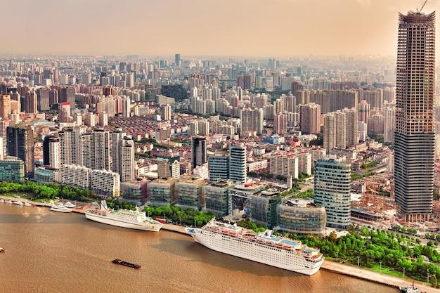 Uitzicht op de skyline vanaf de waterkant van de bund op pudong new area - de zakenwijk van shanghai. shanghai-district in de meest dynamische stad van china.