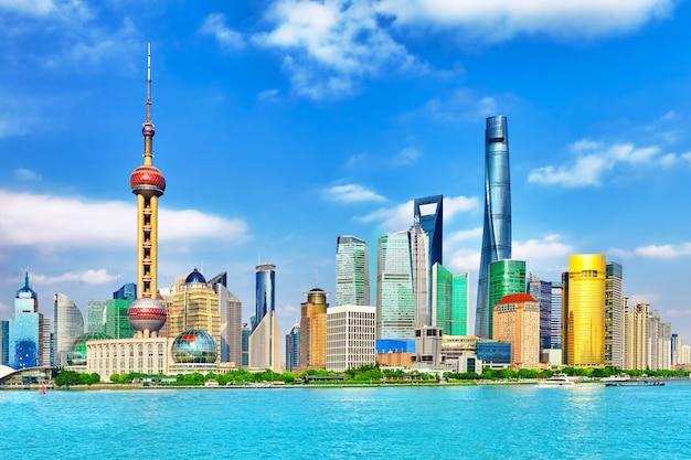 Uitzicht op de skyline vanaf de waterkant van de bund op pudong new area - de zakenwijk van shanghai.