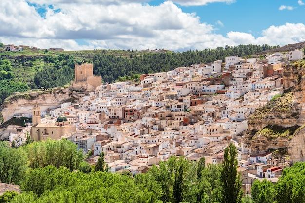 Uitzicht op de spaanse witte stad met kasteel en klokkentoren alcala del jucar castilla la mancha spanje