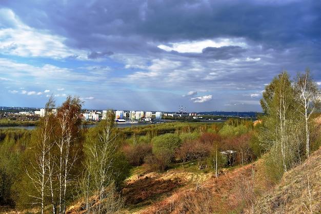 Uitzicht op de stad aan de oever van de rivier