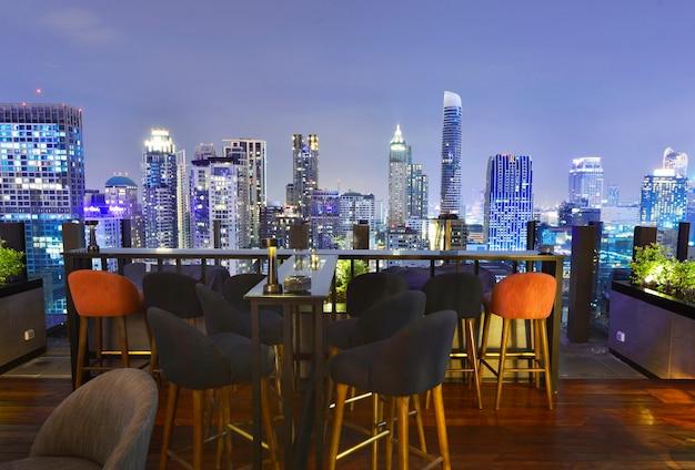Uitzicht op de stad bangkok vanaf de bar op het dak met uitzicht op een prachtig stadsbeeld