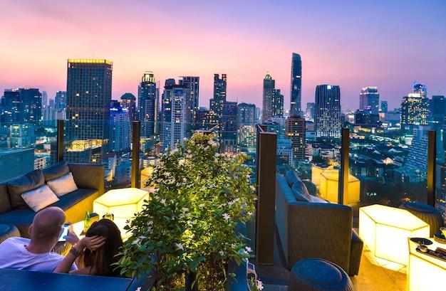 Uitzicht op de stad bangkok vanaf de bar op het dak met uitzicht op een prachtig stadslandschap