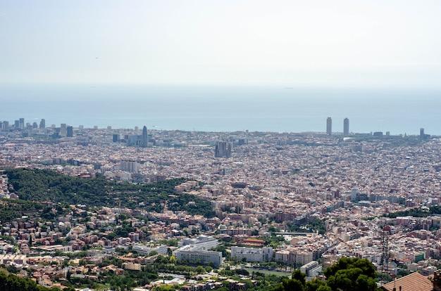 Uitzicht op de stad barcelona vanaf de top van de berg tibidabo