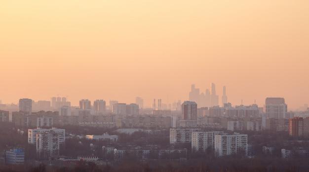 Uitzicht op de stad bij zonsondergang