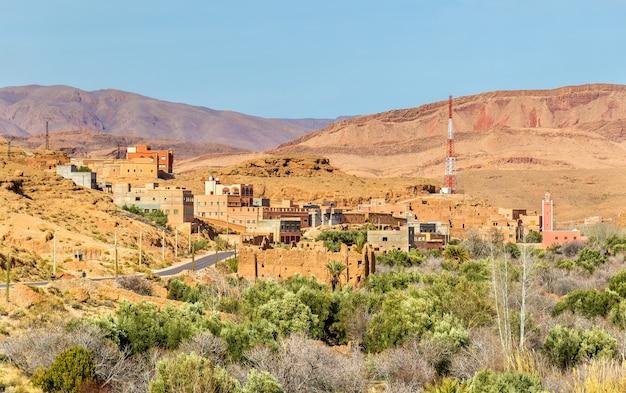 Uitzicht op de stad boumalne dades in de buurt van de dades-kloven, marokko