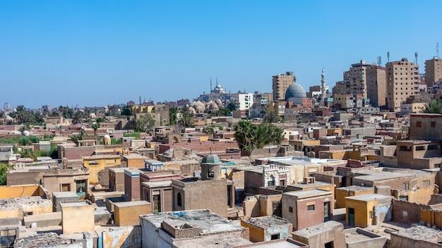 Uitzicht op de stad caïro met dicht opeengepakte woonhuizen en gebouwen
