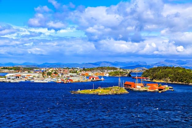 Uitzicht op de stad, de brug en de bergen in de verte, noorwegen
