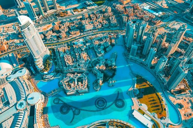 Uitzicht op de stad dubai vanaf de top van een toren.