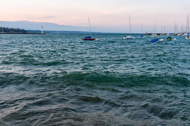 Uitzicht op de stad genève en de haven van genève na zonsondergang