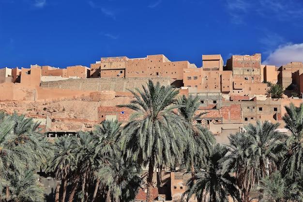 Uitzicht op de stad ghardaia in de saharawoestijn van algerije