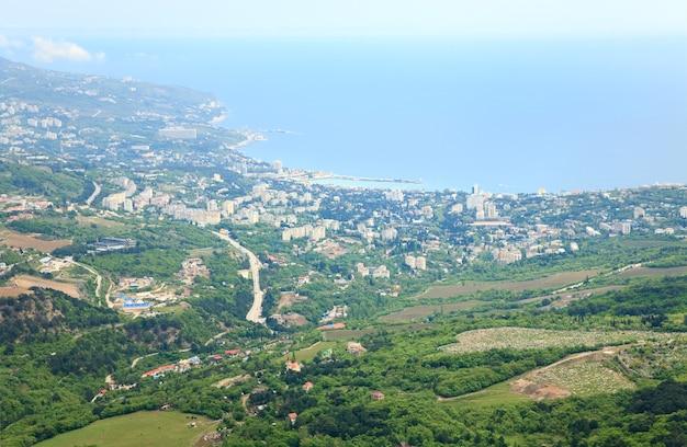 Uitzicht op de stad jalta vanaf de helling van de aj-petri-berg