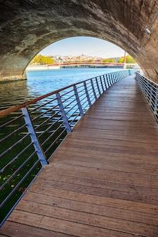 Uitzicht op de stad lyon onder een brug, frankrijk