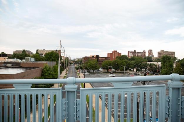 Uitzicht op de stad met parkeerplaats