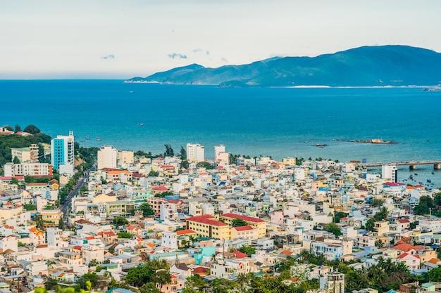 Uitzicht op de stad nha trang vlakbij de zee