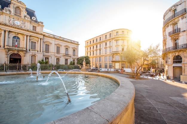 Uitzicht op de stad op het martelarenplein met oude gebouwen en fontein tijdens het ochtendlicht in de stad montpellier in zuid-frankrijk