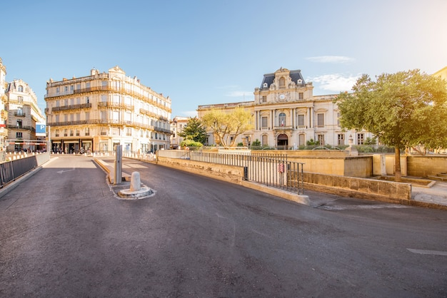 Uitzicht op de stad op het martelarenplein met prachtig gebouw tijdens het ochtendlicht in de stad montpellier in zuid-frankrijk