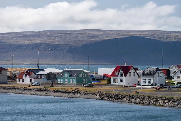 Uitzicht op de stad patreksfjordur in de westfjord tijdens de zomer