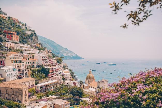 Uitzicht op de stad positano met bloemen