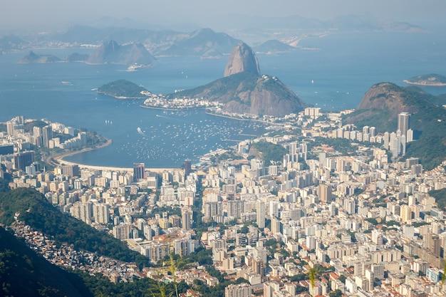 Uitzicht op de stad rio de janeiro vanaf de berg, brazilië