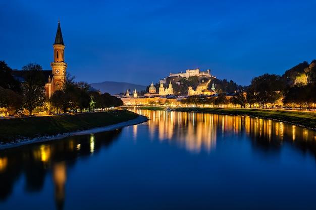 Uitzicht op de stad salzburg avond