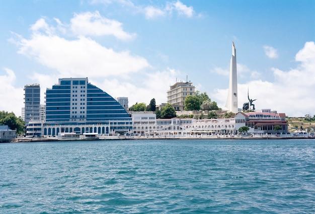 Uitzicht op de stad sevastopol, monument en obelisk vanaf de zee