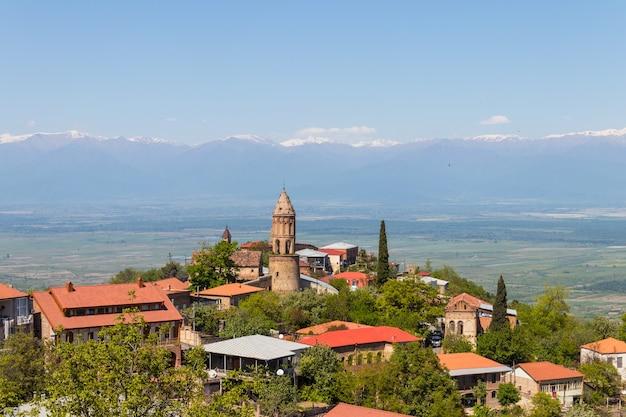 Uitzicht op de stad sighnaghi en de kaukasische bergen in de regio kakheti, georgië