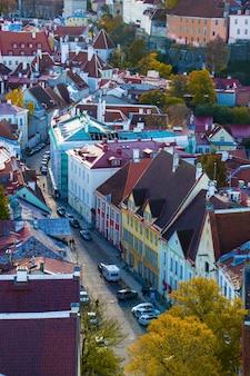 Uitzicht op de stad van tallinn. gebouwen en architectuur buitenaanzicht in de oude stad van tallinn, kleurrijke huizen in oude stijl. panoramisch zicht. estse architectuur.