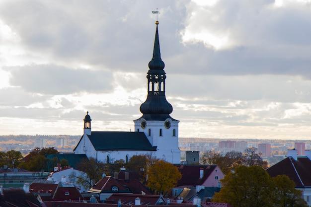Uitzicht op de stad van tallinn. st. nicholas 'church, gebouwen en architectuur buitenaanzicht in de oude stad van tallinn, kleurrijke huizen in oude stijl. panoramisch zicht. estse architectuur.