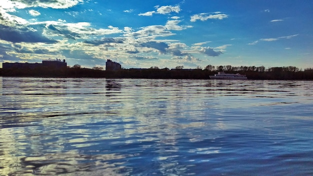 Uitzicht op de stad vanaf de rivier