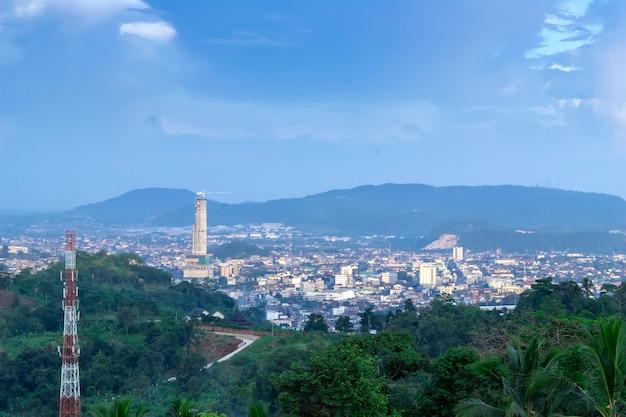 Uitzicht op de stad vanaf het punt op de top van de berg, lampung, indonesië