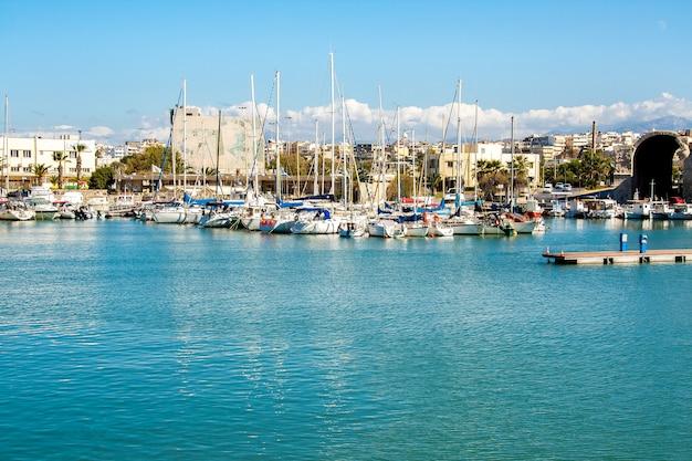 Uitzicht op de stad vanaf het zee-jacht