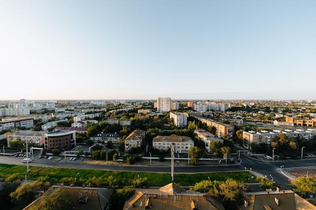 Uitzicht op de stad vanuit een huis in aanbouw