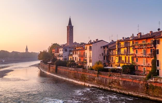 Uitzicht op de stad verona met de dom santa maria matricolare en de romeinse brug ponte pietra aan de rivier de adige in verona. italië. europa.