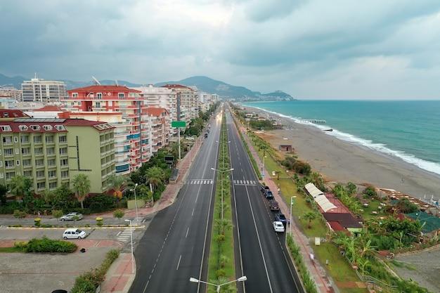 Uitzicht op de stadsgebouwen in de buurt van de zeelijn van azuurblauw zeewater. strand. moderne huizen en hotels aan zee. kalkoen