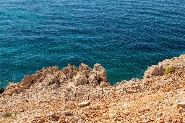 Uitzicht op de stara baska-klif, het eiland krk in kroatië