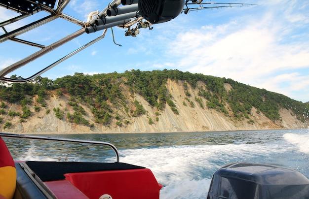 Uitzicht op de steile kust vanaf de zijkant van de boot