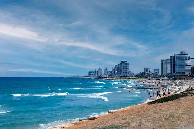 Uitzicht op de stranden en de stadslijn van tel aviv vanuit jaffa, israël