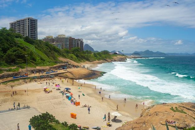 Uitzicht op de stranden van rio de janeiro vol met mensen.