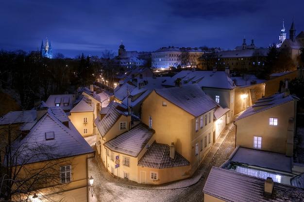Uitzicht op de straten van praag en het huis op de hoek verlicht met lantaarns in de ochtend