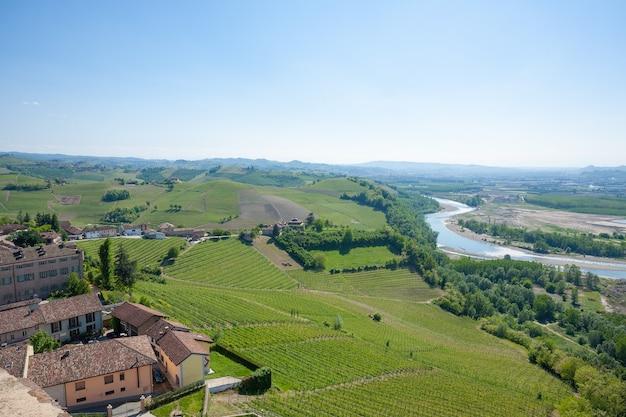 Uitzicht op de tanaro-rivier. wijngaarden uit de regio langhe, de landbouw van italië