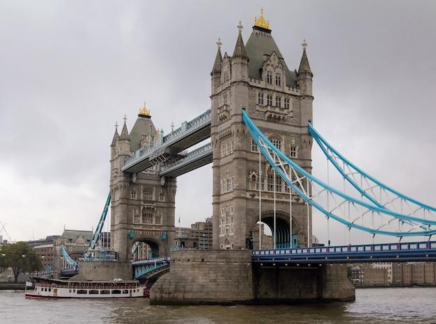 Uitzicht op de tower bridge in londen, engeland met bewolkte grijze hemel