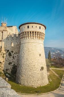 Uitzicht op de uitkijktoren vanaf de onderste laag van het kasteel van de stad brescia. lombardije. de valk van italië