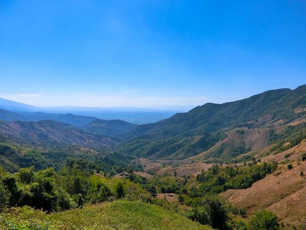 Uitzicht op de vallei en de blauwe hemel van doi sakard, nan thailand