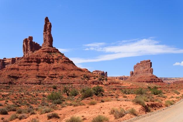Uitzicht op de valley of the gods vanuit utah, vs. rode rotsen panorama. butte en mesa