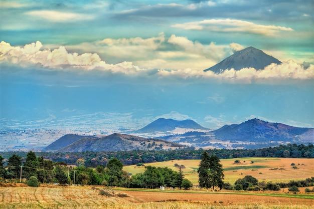 Uitzicht op de vulkaan popocatepetl in de staat mexico