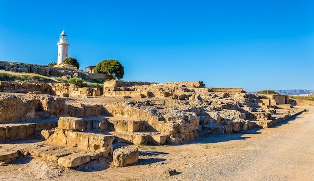 Uitzicht op de vuurtoren en het archeologische park van paphos - cyprus