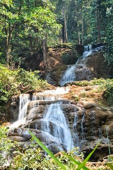 Uitzicht op de wachiratharn-waterval, doi inthanon, chom thong district, provincie chiang mai.