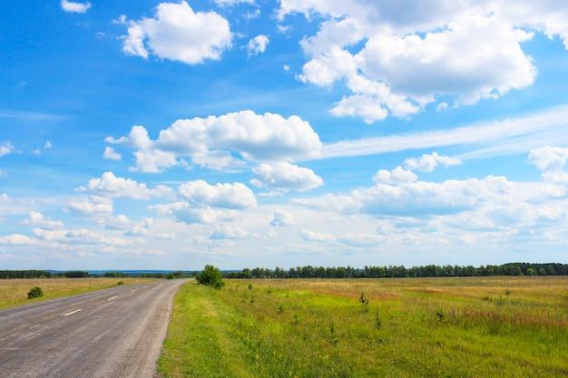 Uitzicht op de weg en de lucht met wolken