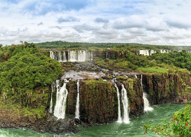Uitzicht op de wereldberoemde watervallen van iguazu in argentinië.