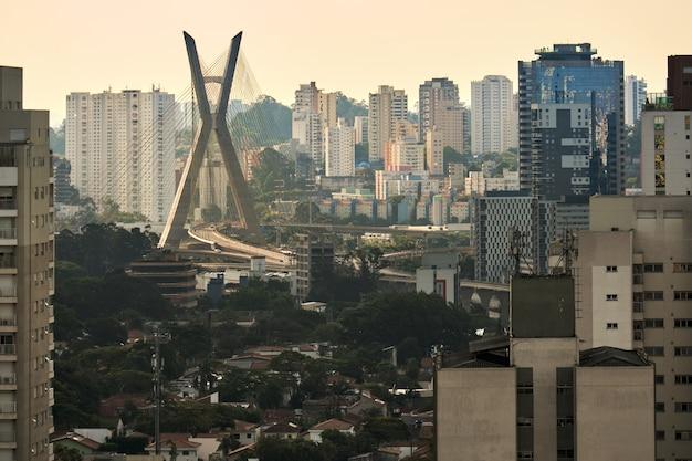 Uitzicht op de wijk brooklin in sao paulo met de tuibrug op de achtergrond